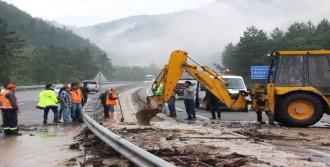 Bolu'da Sel Suyu Yolu Ulaşıma Kapattı