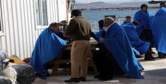 Botları Arızalanan Kaçakları Balıkçılar Kurtardı