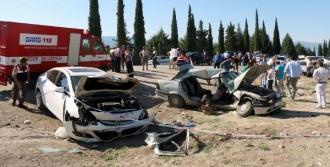 Otomobiller Kafa Kafaya Çarpıştı: 2 Ölü
