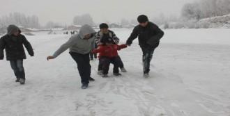 Buz Tutan Nehirde Tehlikeli Oyun