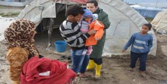 Çadırda Yaşayan Suriyelilere Kıyafet Yardımı