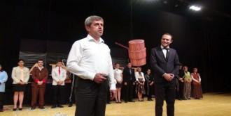 Valinin Oyunu Ayakta Alkışlandı