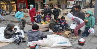 Çocukların Sokaktaki Kahvaltı Molası