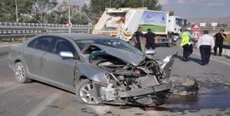 Çöp Kamyonu İle Otomobil Çarpıştı: 4'ü Çocuk 5 Yaralı