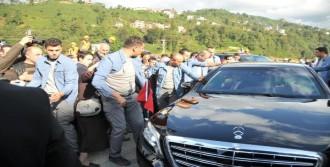 Erdoğan'ın Makam Aracı Önünde İzdiham