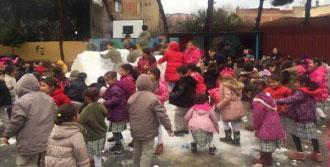 Kar Yağmayınca Okulun Bahçesine Kamyonlarla Kar Getirdi