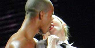 Sahnede 'Fransız Öpücüğü'