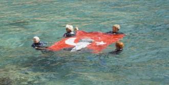 Kadınlar Denizde Türk Bayrağı Açtılar