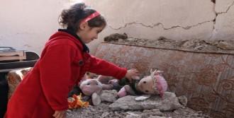 Depremde Yıkılan Evdeki Ailesini Sürükleyerek Kurtardı