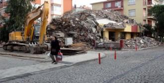 Depremden Zarar Gören 4 Katlı Bina Yıkıldı