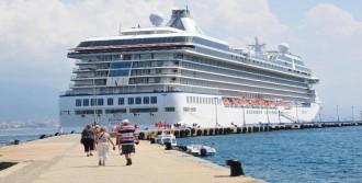 Dev Gemi, Alanya Limanı'na Demirledi