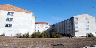 Devletin Binasında Hırsızlara Karşı Ücretsiz Nöbet Tutuyor