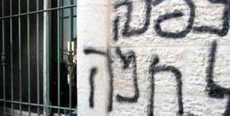 Cami Duvarına Irkçı Slogan