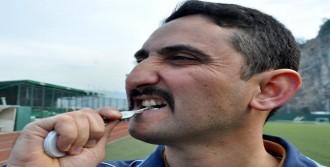 Dili Boğazına Kaçan Futbolcuyu Anahtarla Kurtardı