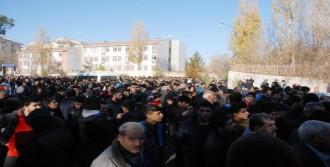 Diyarbakır'da Eylemci-Polis Gerilimi