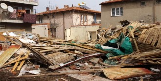 Patlamada Ev Çöktü: 2 Yaralı