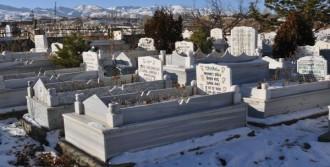 Mezar Taşlarında Propagandaya Geçit Yok
