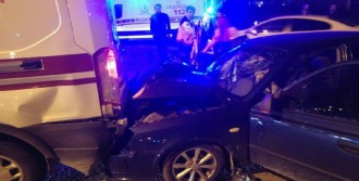 Otomobil Ambulansa Çarptı