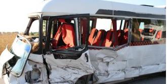 Servis Minibüsü Hafif Ticari Araçla Çarpıştı: 15 Yaralı