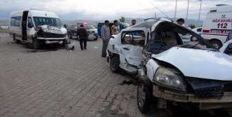Elazığ'da Minibüsle Otomobil Çarpıştı: 4 Yaralı