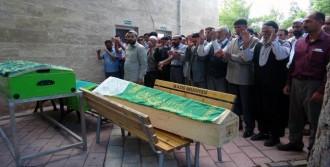 Elazığ'daki Patlamada Ölen Baba Ve İki Çocuğu Toprağa Verildi
