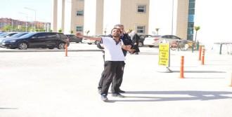 Ensar Vakfı Binasına Bayrak Asıp Camlarını Kırdılar