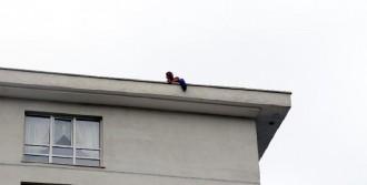 Çatıya Çıkıp İntihar Girişiminde Bulundu