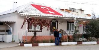 Evinin Çatısına Türk Bayrağı Yaptırdı
