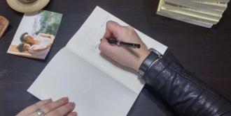 İlk Kitabını Kahramanı Olan Annesi İçin İmzaladı