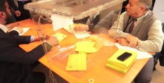 Türkler Oy Kullanmaya Başladı