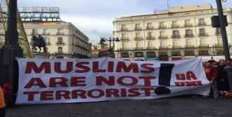 Galatasaray Taraftarından 'Müslümanlar Terörist Değildir' Pankartı