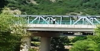 Genç Kız Köprüden Sakarya Nehri'ne Atladı