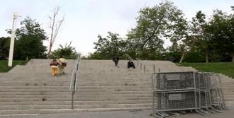 Gezi Parkı'nın Bir Kısmı Bariyerlerle Çevrildi