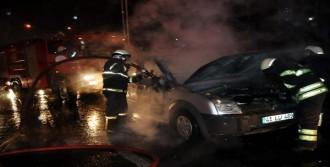 Araç Alev Aldı, Sürücü İle Kızı Canını Zor Kurtardı