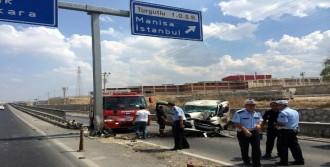 Hafif Ticari Araç Bariyere Çarptı: 2 Ölü