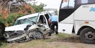 Hafif Ticari Araç İle Midibüs Çarpıştı: 3 Yaralı
