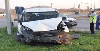 Hafif Ticari Araç İle Otomobil Çarpıştı: 3 Yaralı