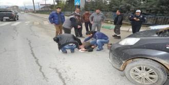 Hafif Ticari Aracın Çarptığı Simitçi Yaralandı