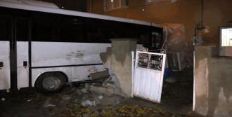 Halk Otobüsü Eve Girdi