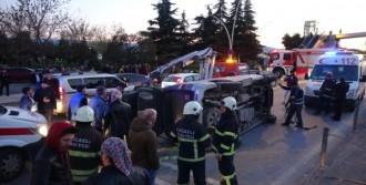 Otomobile Minibüs Çarptı: 3 Yaralı