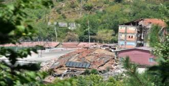 Heyelanda 3 Katlı Okul Çöktü