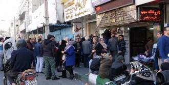 İranlılar Döviz Bürolarına Akın Etti