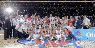 İspanya'ya Kupasını FIBA Avrupa Başkanı Demirel Verdi