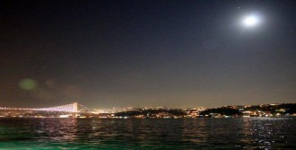 İstanbul Boğazı Üzerinde Ay Manzarası