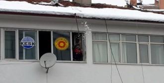 İtfaiyeciler Çatılardan Sarkan Karları Temizledi