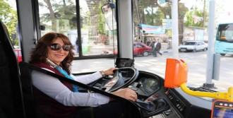 Otobüsü Şoförü Rahatsızlanan Yolcusunu Hastaneye Yetiştirdi