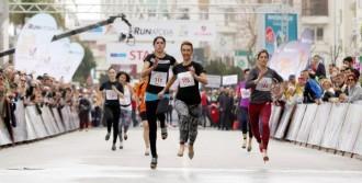 Kadınlar Topuklu Ayakkabıyla Birincilik İçin Koştu