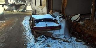 Evin Duvarları Otomobilin Üzerine Yıkıldı