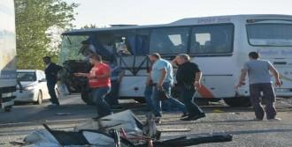 Kamyon İşçi Servisine Çarptı: 20 Yaralı