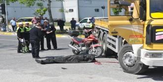 Kamyona Çarpan Motosikletli Öldü